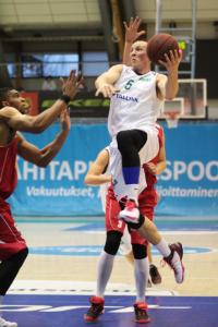 Hongan kapteeni Viljami Vanjoki näytti esimerkkiä sunnuntaina Ura Basketia vastaan Hongan varmistaessa runkosarjan voiton. Kuva: Sonja Herrala