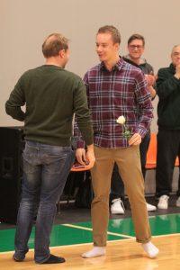 Viimeisen juniorikautensa kunniaksi Jesse Haapasen ja muut A-juniorit kukitti heidän ensimmäinen valmentajansa, Jessen kohdalla Einari Karhu.